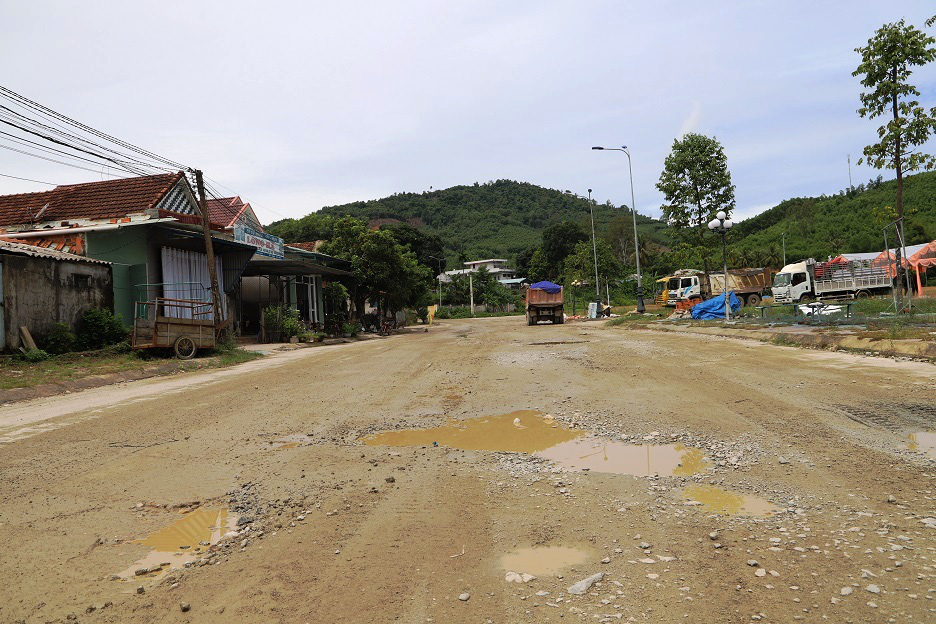 """Bình Định: Đoàn xe """"siêu tải"""" cày xéo, 16km đường ở huyện miền núi """"nát như tương"""" - Ảnh 5."""