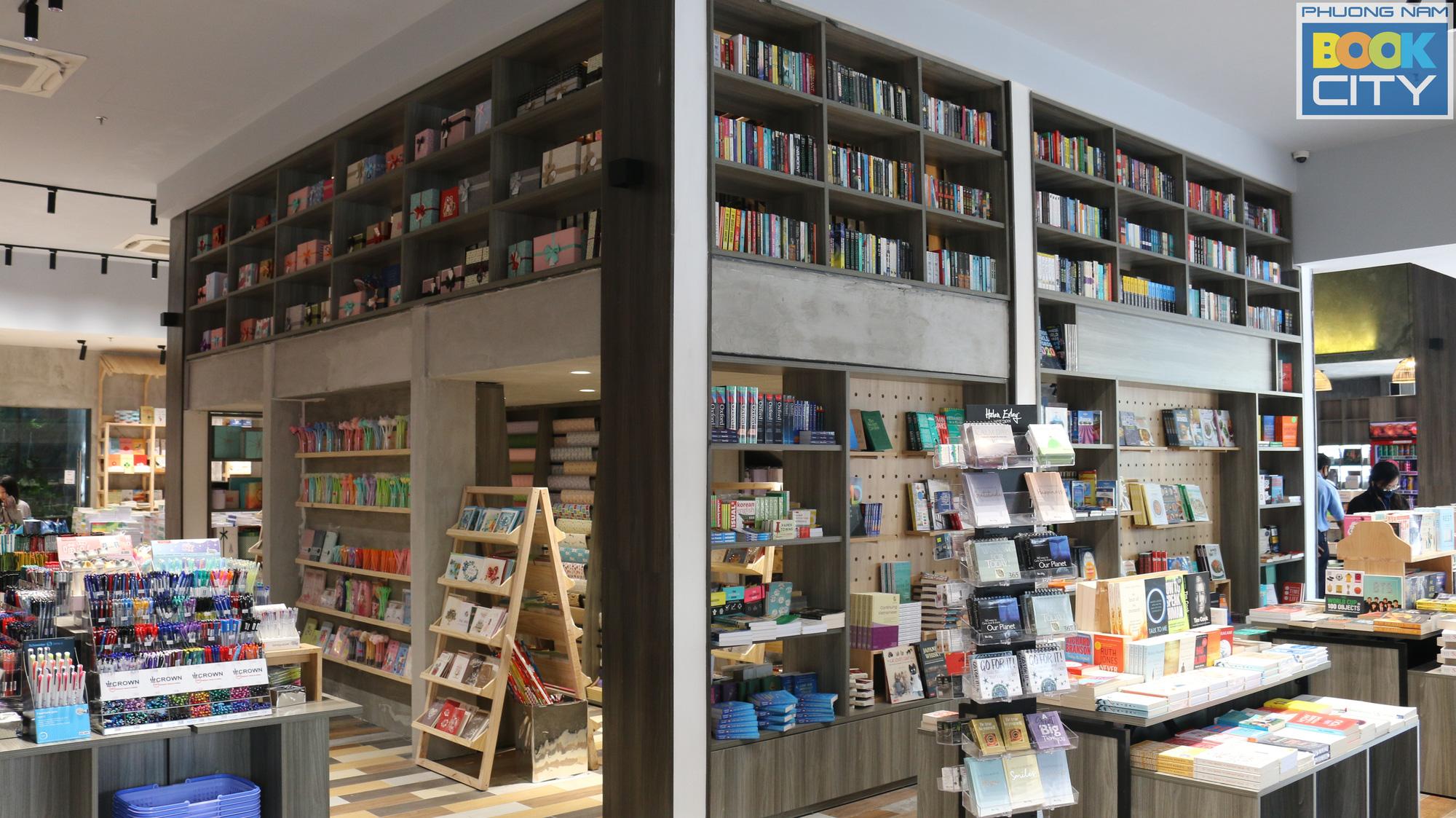 Thành phố sách Phương Nam đầu tiên tại trung tâm TP.HCM - điểm check-in mới của giới trẻ  - Ảnh 1.