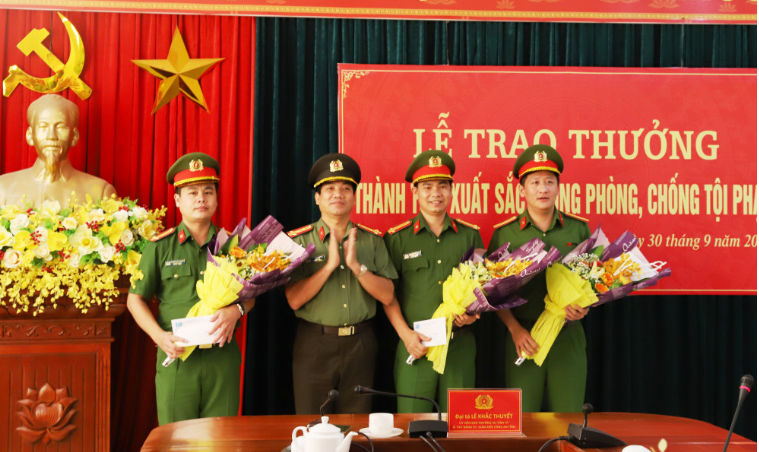 Hà Tĩnh: Trao thưởng lực lượng phá án vụ con rể truy sát gia đình mẹ vợ cũ - Ảnh 1.