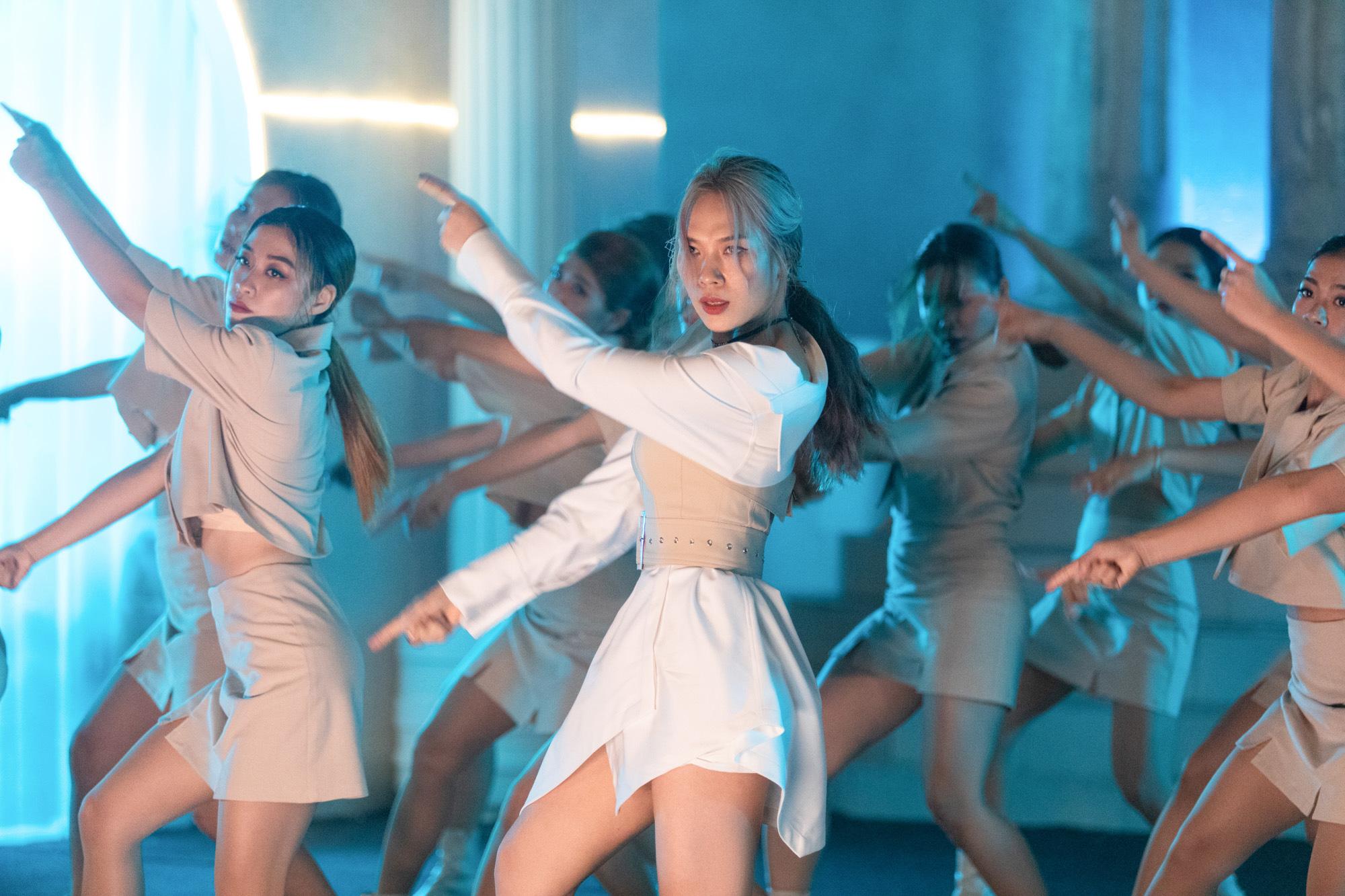 Đúng cũng thành sai - MV mới của Mỹ Tâm lập kỷ lục khủng sau 12 giờ ra mắt - Ảnh 5.
