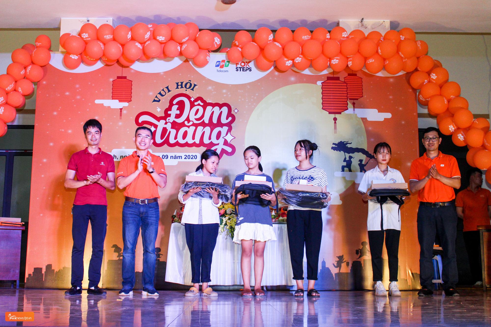 FPT Telecom tổ chức vui Tết Trung thu cho trẻ em tại sân chơi FoxSteps 59 tỉnh thành  - Ảnh 3.