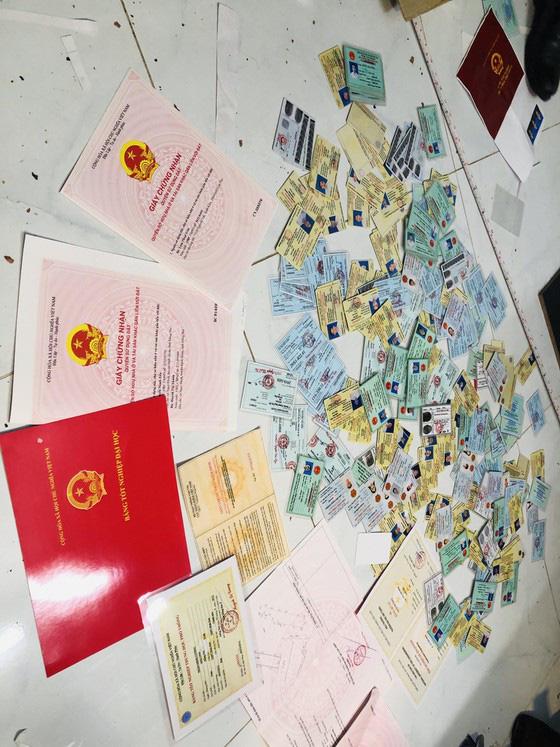 Khởi tố nhóm bị can trong đường dây mua bán, sản xuất giấy tờ giả quy mô lớn ở TPHCM - Ảnh 2.
