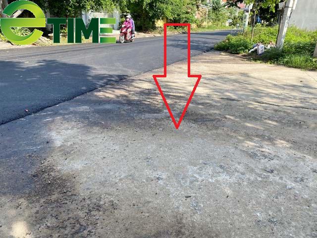 Quảng Ngãi: Kì lạ huyện cho thảm nhựa chồng lên đường bê tông?  - Ảnh 2.