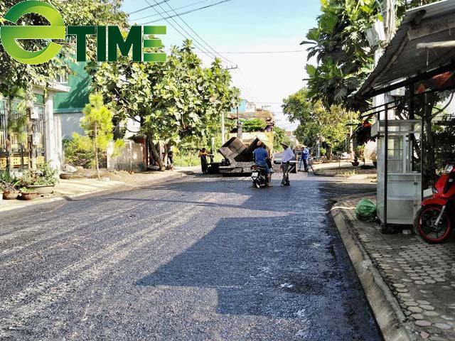 Quảng Ngãi: Kì lạ huyện cho thảm nhựa chồng lên đường bê tông?  - Ảnh 1.