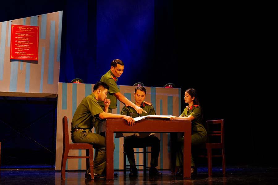 """Nhà hát Tuổi trẻ đỏ đèn với hai vở diễn mới """"Bộ cảnh phục"""" và """"Trại hoa vàng""""  - Ảnh 2."""