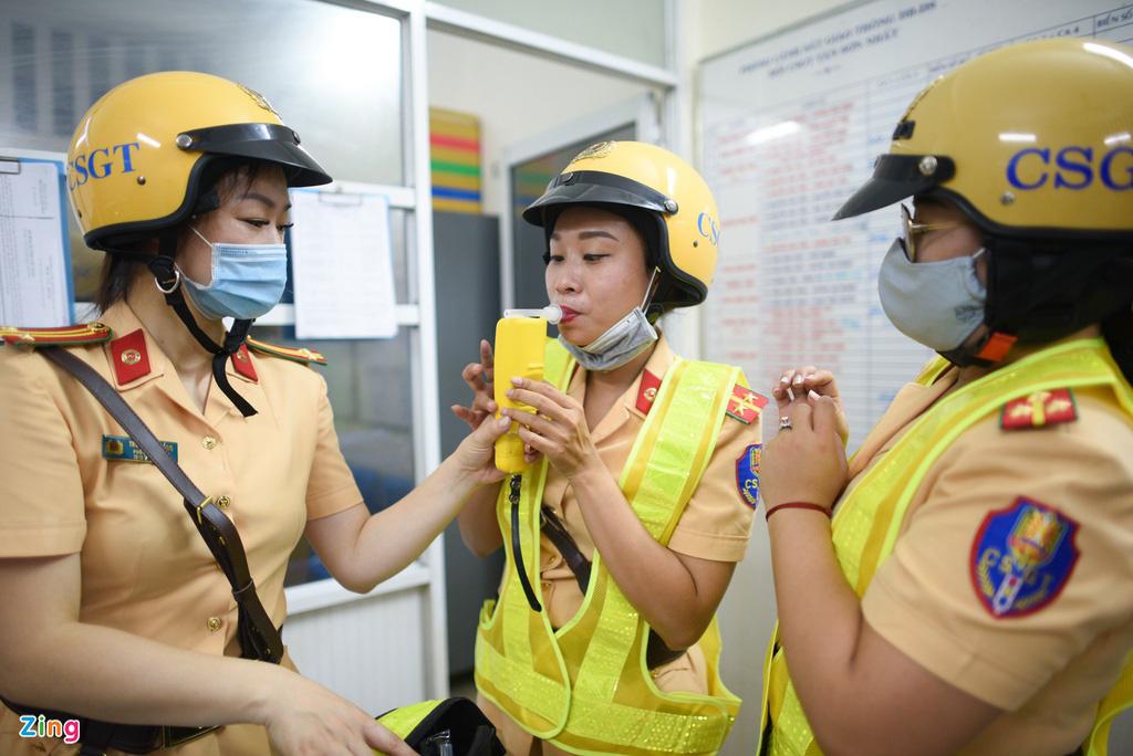 ẢNH-CLIP: Nữ cảnh sát tuần tra đêm, đo nồng độ cồn tài xế - Ảnh 1.