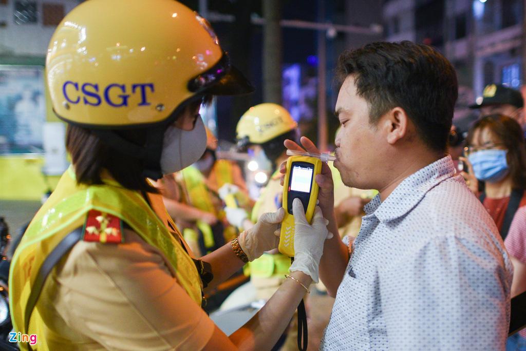 ẢNH-CLIP: Nữ cảnh sát tuần tra đêm, đo nồng độ cồn tài xế - Ảnh 3.