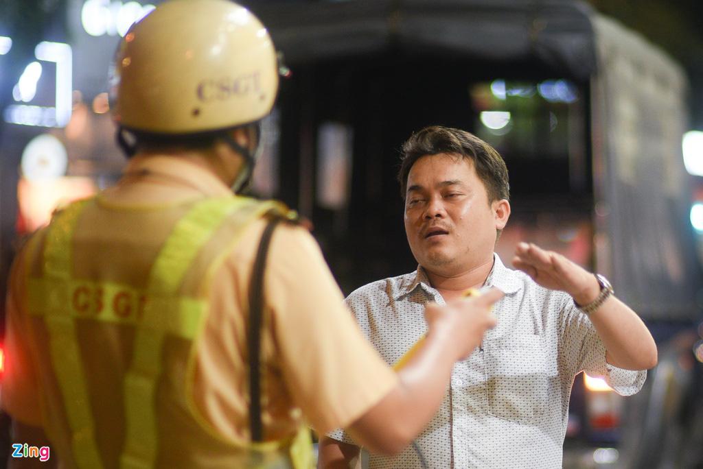 ẢNH-CLIP: Nữ cảnh sát tuần tra đêm, đo nồng độ cồn tài xế - Ảnh 4.