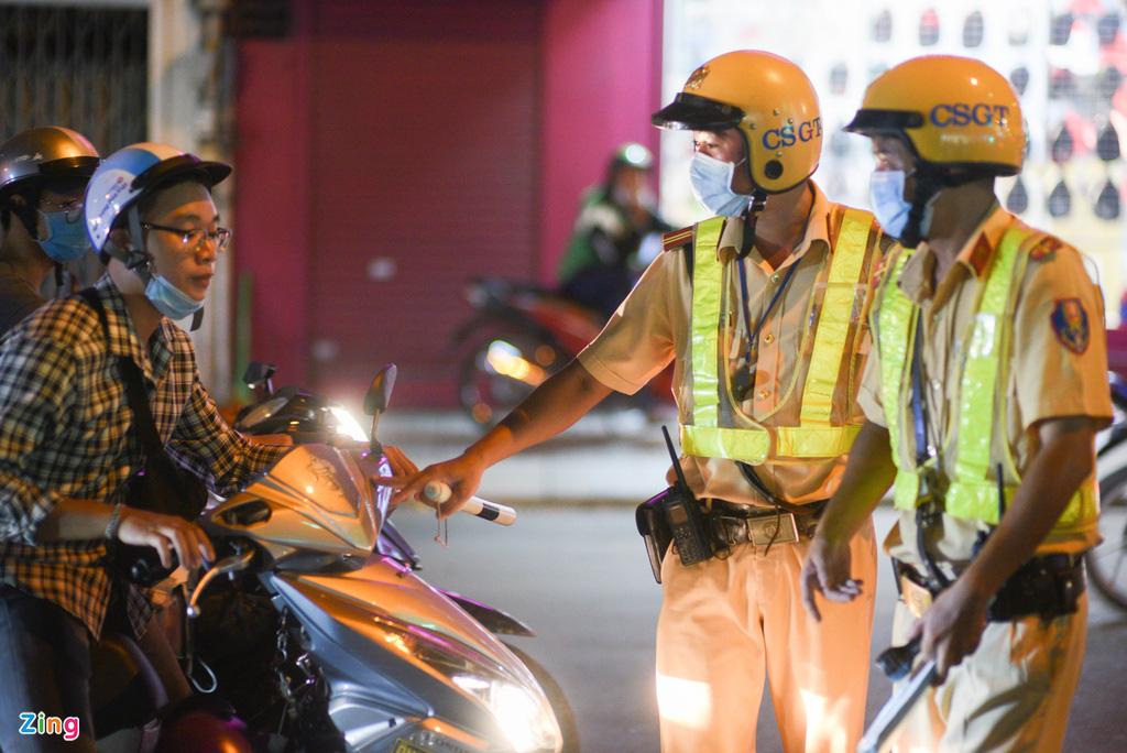 ẢNH-CLIP: Nữ cảnh sát tuần tra đêm, đo nồng độ cồn tài xế - Ảnh 9.