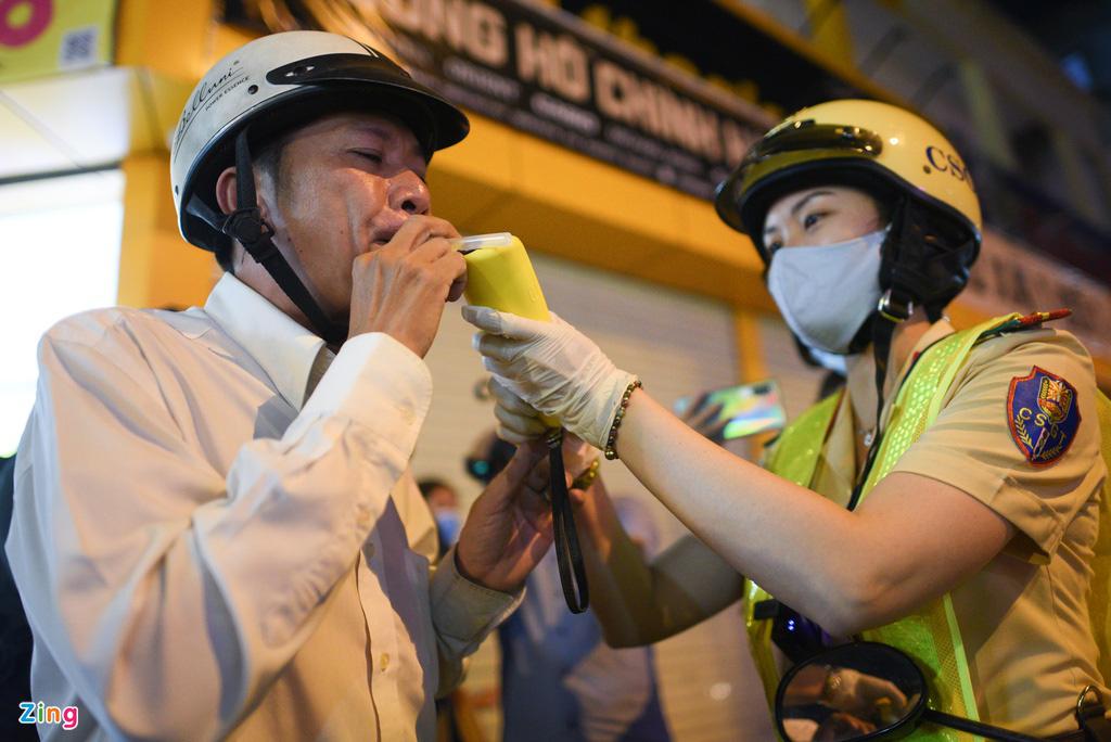 ẢNH-CLIP: Nữ cảnh sát tuần tra đêm, đo nồng độ cồn tài xế - Ảnh 6.
