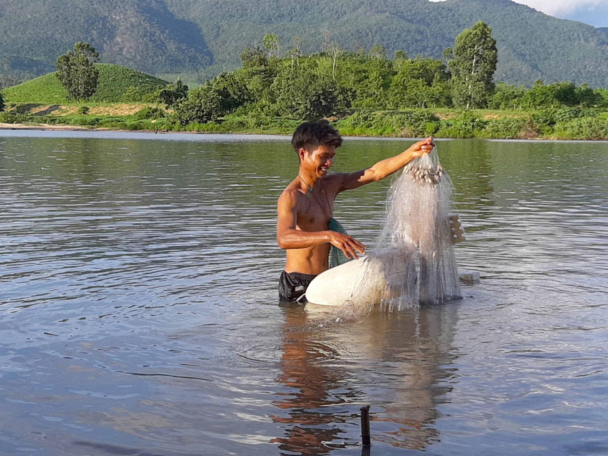 """Vùng đất nông dân buông lưới, đặt lờ """"rình"""" bắt những con cá quý hiếm mà thiên hạ tôn lên hàng cá đặc sản - Ảnh 1."""