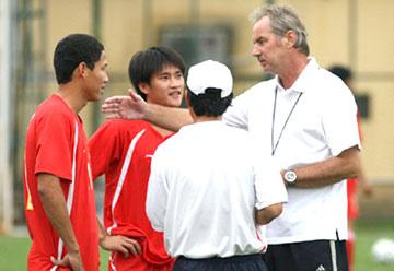 HLV A.Riedl nói chuyện riêng với Anh Đức và Công Vinh trong một buổi tập của ĐT Việt Nam.
