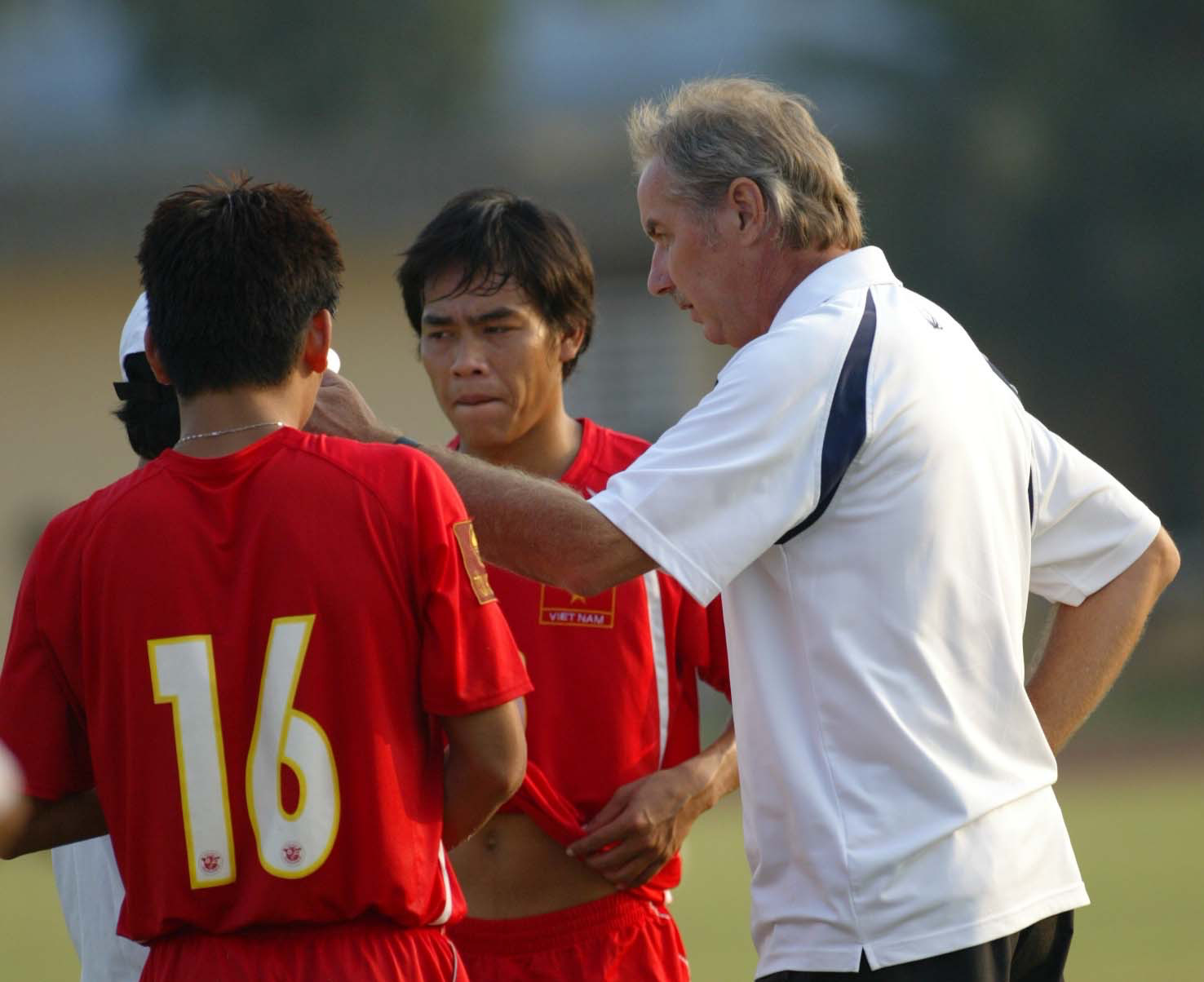 HLV A.Riedl nhắc nhở 2 cựu tuyển thủ Việt Nam ở hàng thủ là Huy Hoàng và Quang Thanh. Ảnh: Tuấn Tú
