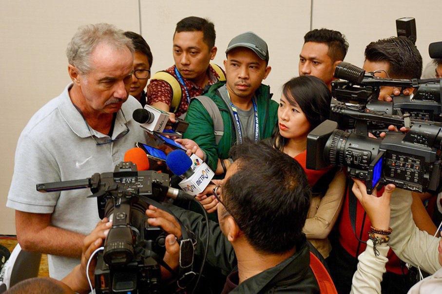 HLV Alfred Riedl và câu chuyện trái ngược cùng bóng đá Việt Nam - Ảnh 4.