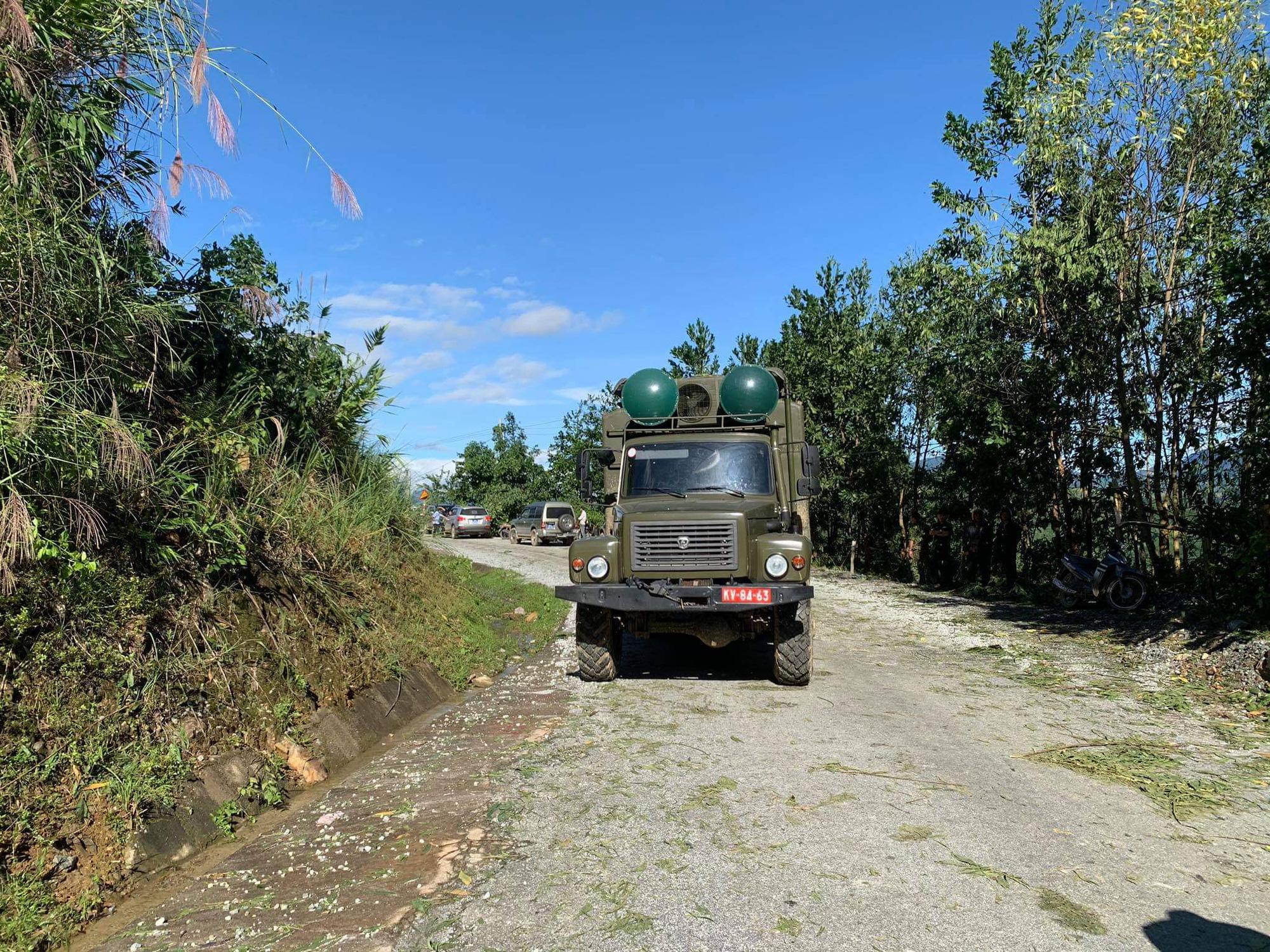 Ảnh, clip: Những hình ảnh trực tiếp của cuộc tìm kiếm cứu nạn vụ sạt lở vùi lấp hơn 50 người ở Nam Trà My - Ảnh 7.