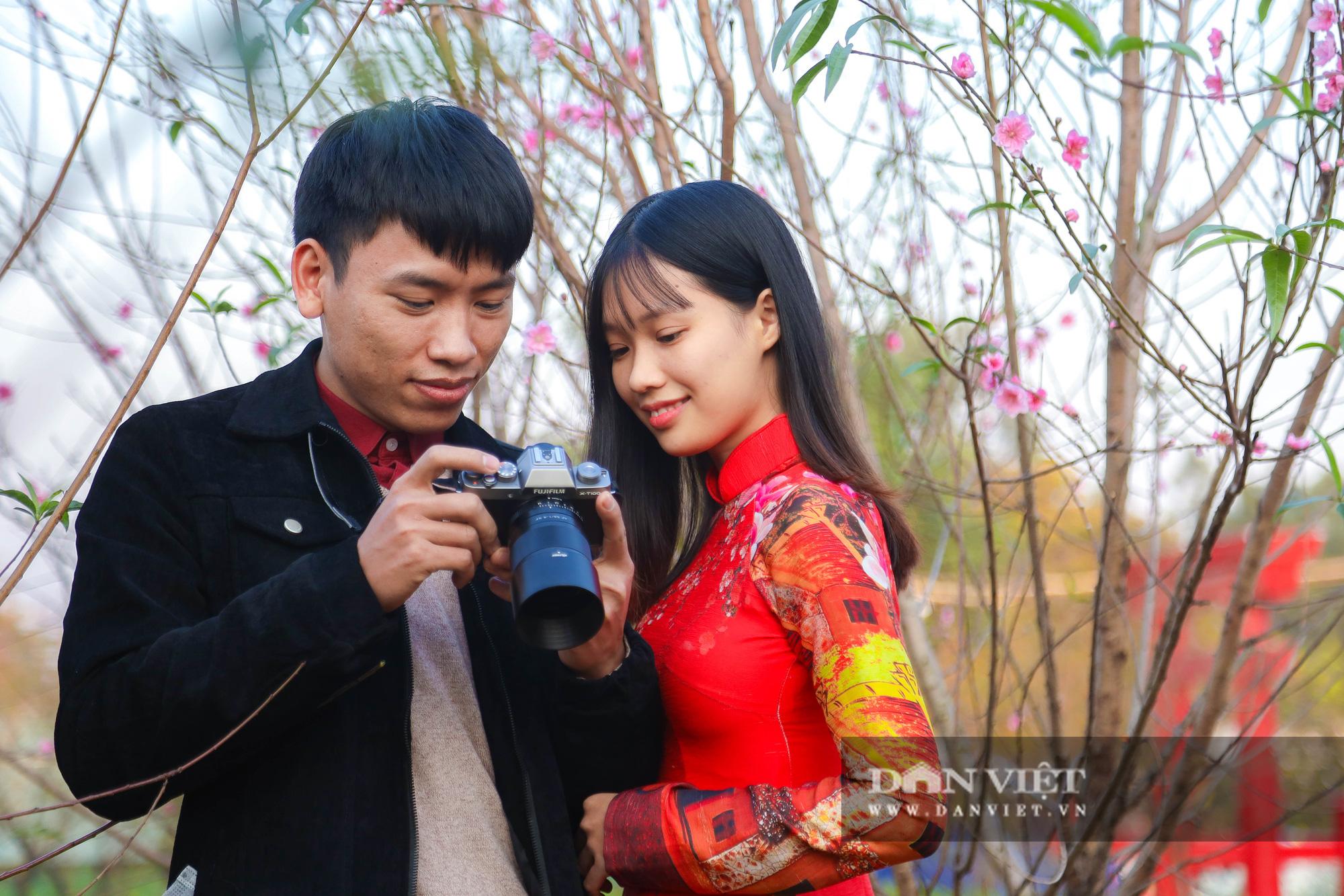 Người Hà Nội nô nức chụp ảnh check-in hoa đào từ Tết Dương lịch - Ảnh 4.