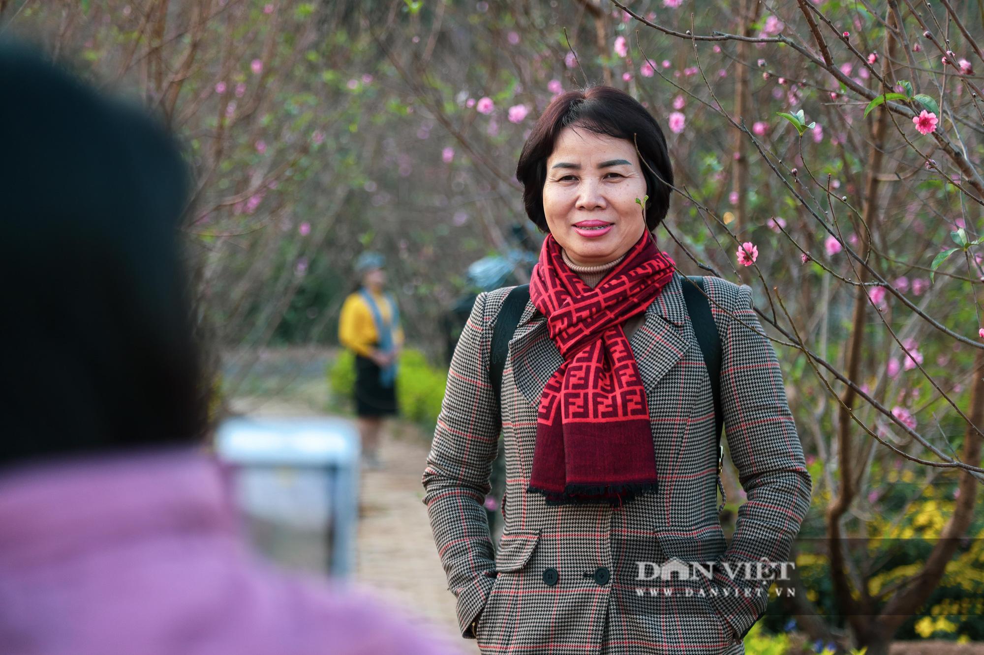 Người Hà Nội nô nức chụp ảnh check-in hoa đào từ Tết Dương lịch - Ảnh 5.