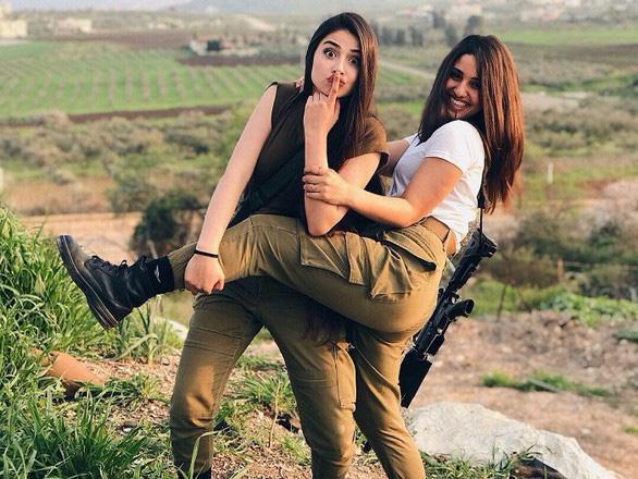 Nữ binh sĩ Israel quá xinh đẹp có làm ảnh hưởng đến nam giới? - Ảnh 1.