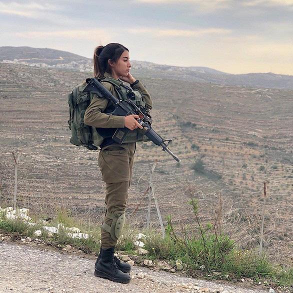 Nữ binh sĩ Israel quá xinh đẹp có làm ảnh hưởng đến nam giới? - Ảnh 8.