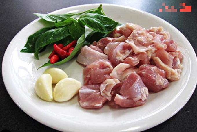 Thịt gà rang thông thường đã nhàm, thêm chút lá gia vị này, dậy mùi thơm, lạ miệng, hao cơm - Ảnh 2.