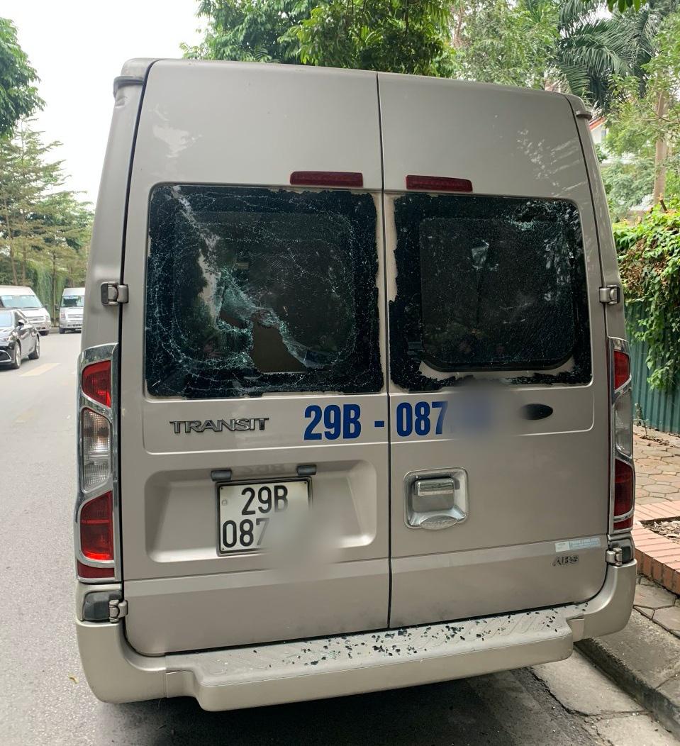 Hà Nội: 3 xe ô tô đưa đón học sinh bị kẻ xấu đập phá - Ảnh 2.