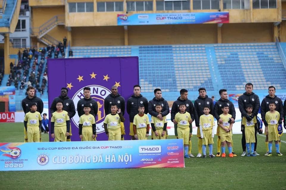 Một vài cầu thủ nhí mặc áo cộc tay ra sân trong lễ khai mạc Siêu Cúp Quốc gia.