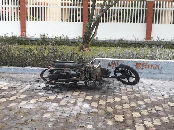 Người đàn ông đốt xe máy khi  bị CSGT kiểm tra có bị phạt tù? - Ảnh 1.