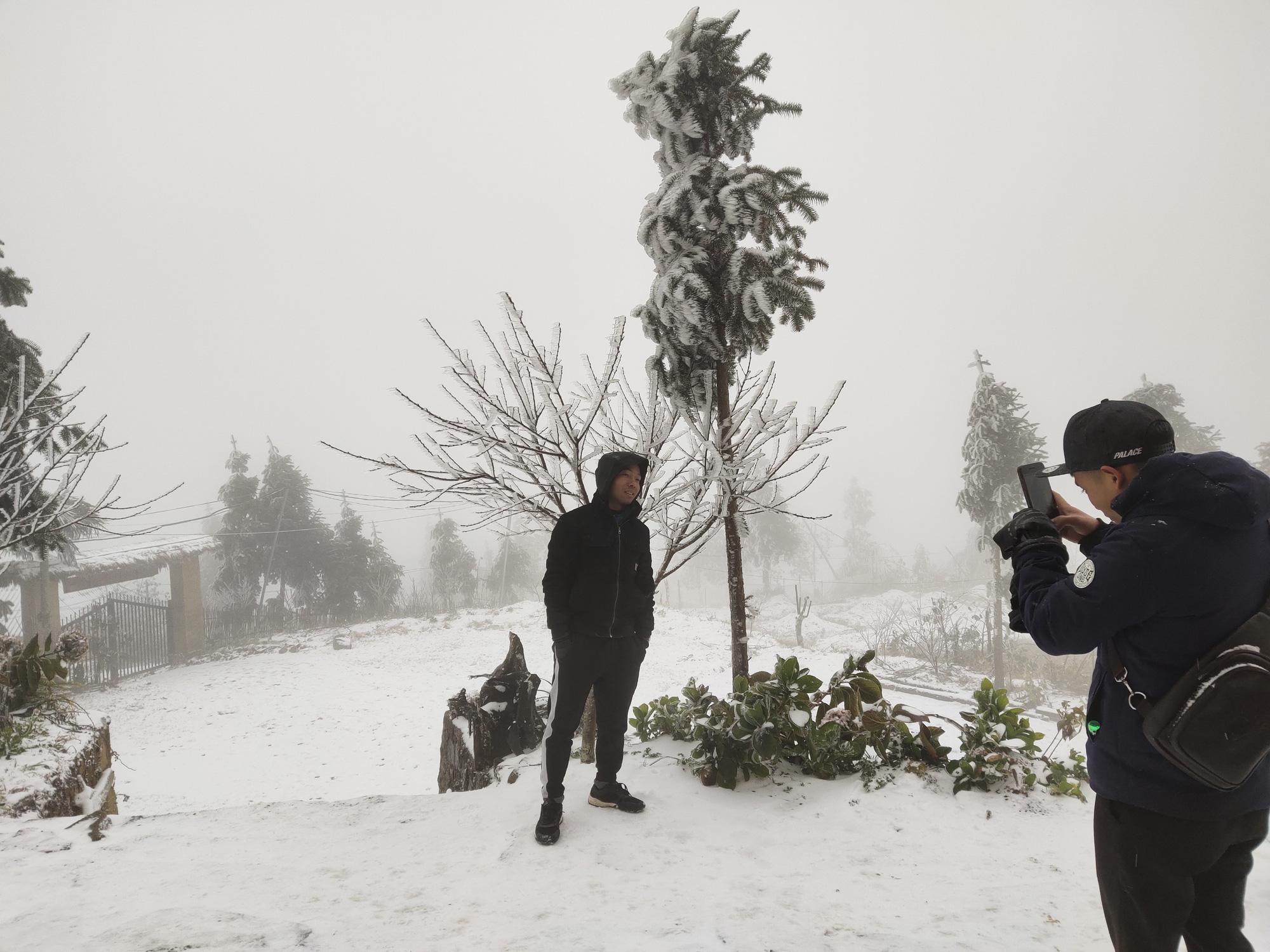 Tuyết rơi dày đặc ở Y Tý, cảnh vật phủ màu trắng xóa như trời Âu - Ảnh 10.