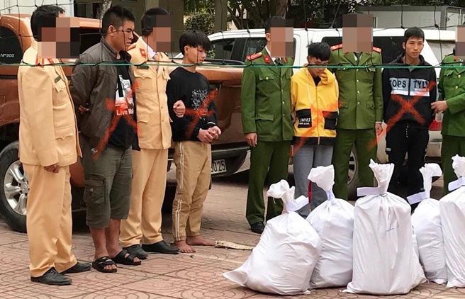 Clip: Cận cảnh hàng trăm bánh heroin xếp kín mặt bàn trong vụ nổ súng bắt đối tượng vận chuyển ma túy tại Nghệ An - Ảnh 3.