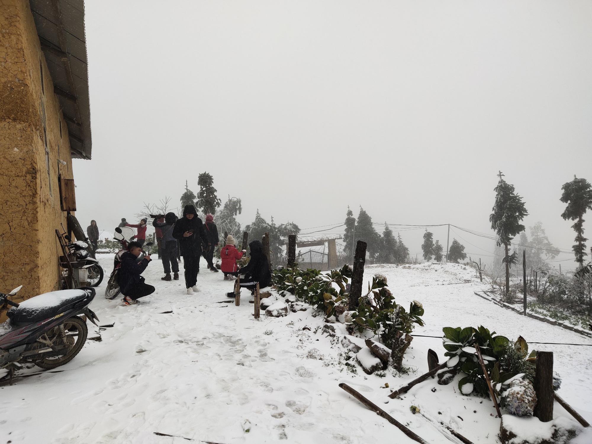 Tuyết rơi dày đặc ở Y Tý, cảnh vật phủ màu trắng xóa như trời Âu - Ảnh 9.