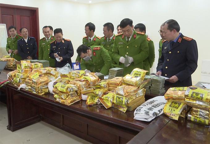 Clip: Cận cảnh hàng trăm bánh heroin xếp kín mặt bàn trong vụ nổ súng bắt đối tượng vận chuyển ma túy tại Nghệ An - Ảnh 4.