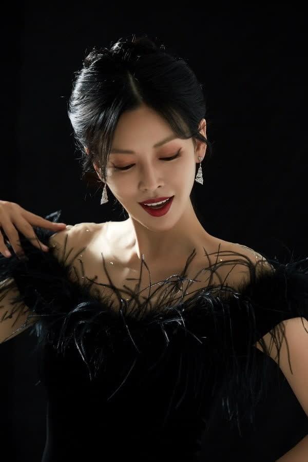 """""""Ác nữ đẹp nhất màn ảnh Hàn Quốc"""" bị lục lại ảnh để mặt mộc lên sân khấu sau khi lộ tin hẹn hò - Ảnh 1."""