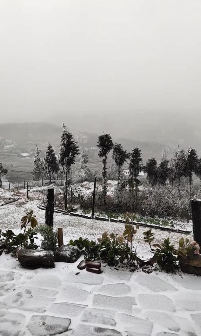 Phượt thủ đổ xô lên Lào Cai ngắm tuyết rơi, chuyên gia khí tượng cảnh báo - Ảnh 1.