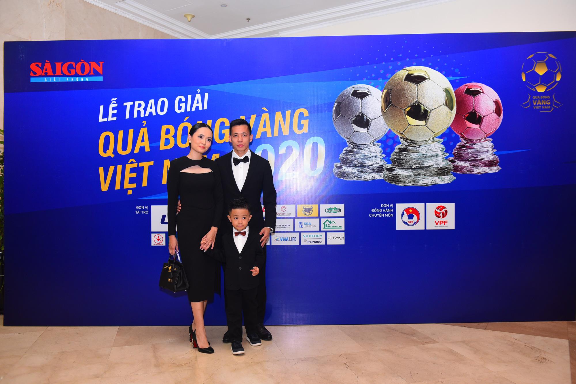 Văn Quyết cùng vợ con đến dự Gala trao giải Quả bóng vàng Việt Nam 2020. Ảnh: Dũng Phương