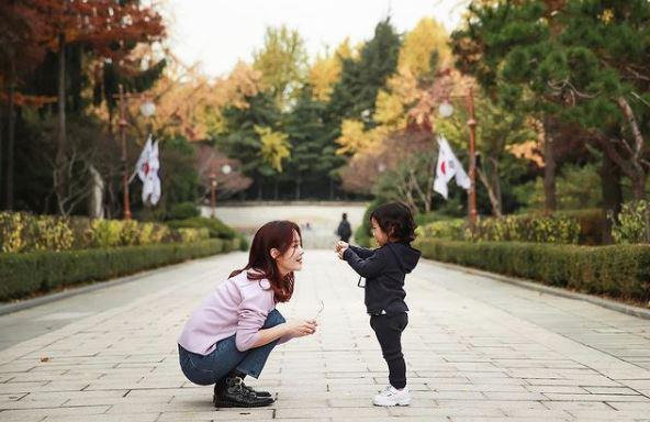 Chae Rim cùng con trai.