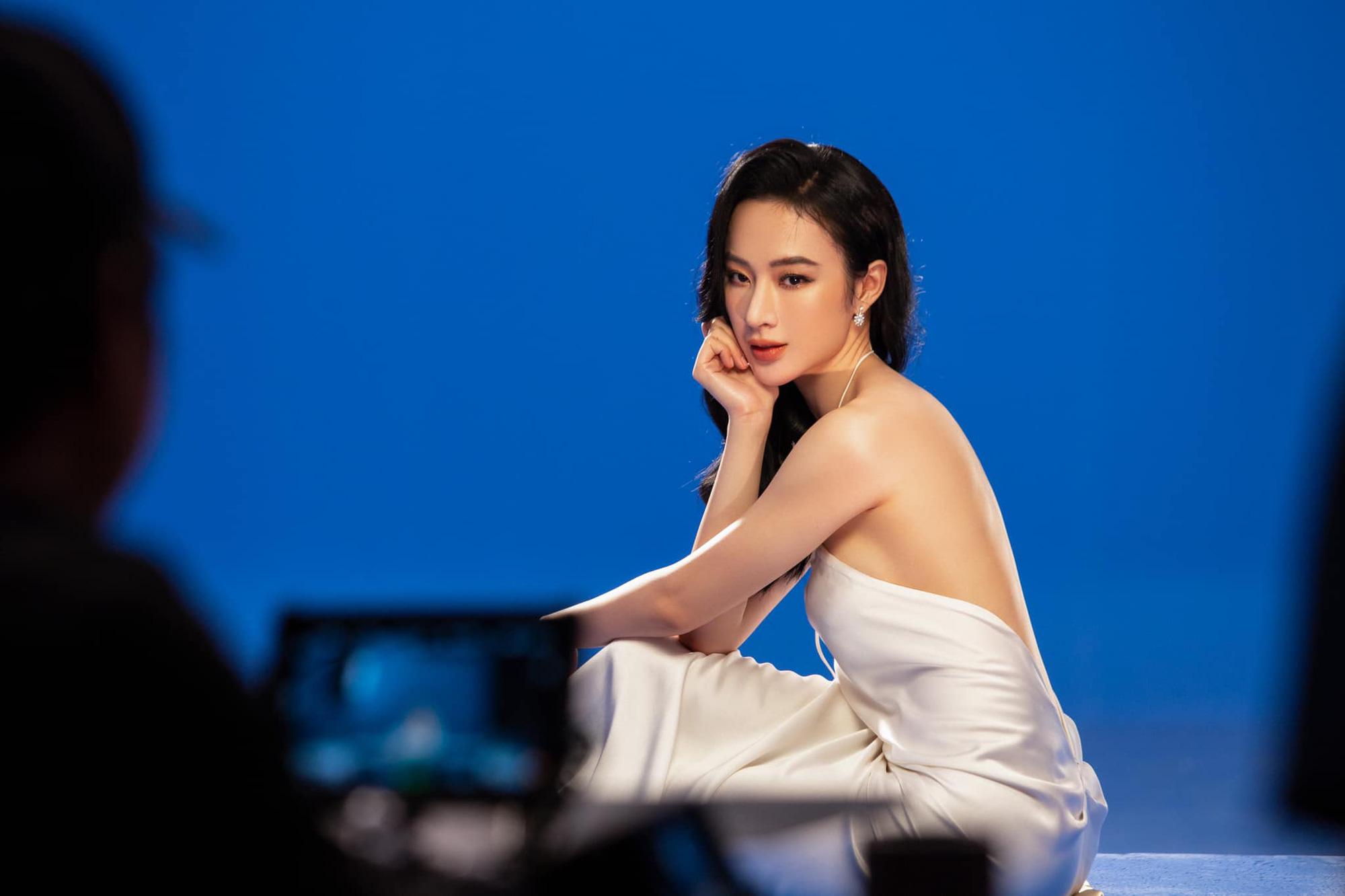 Angela Phương Trinh mặc áo yếm đẹp tựa nữ thần sau clip táo bạo dưới nước - Ảnh 1.