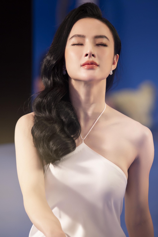 Angela Phương Trinh mặc áo yếm đẹp tựa nữ thần sau clip táo bạo dưới nước - Ảnh 2.
