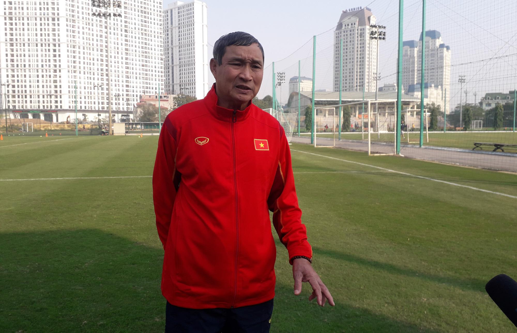 HLV ĐT nữ Việt Nam Mai Đức Chung trả lời phỏng vấn báo chí chiều 13/1. Ảnh: Song Minh