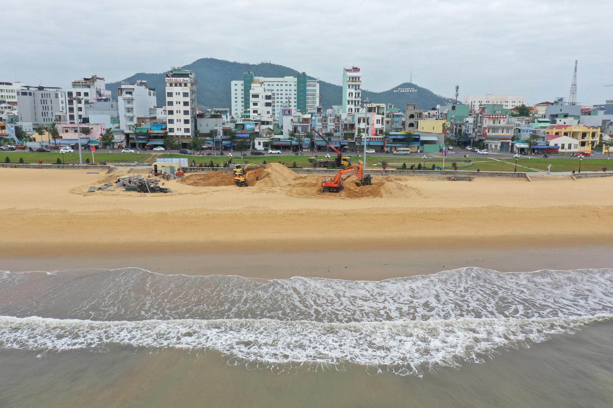 """Chủ tịch Bình Định Nguyễn Phi Long chỉ đạo gì về vụ 65 trụ móng bê tông """"mọc"""" không phép trên bãi biển Quy Nhơn? - Ảnh 1."""
