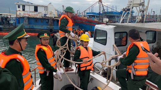 Khẩn cấp ứng phó sự cố tràn dầu tại cảng cá lớn nhất miền Trung vào rạng sáng - Ảnh 2.