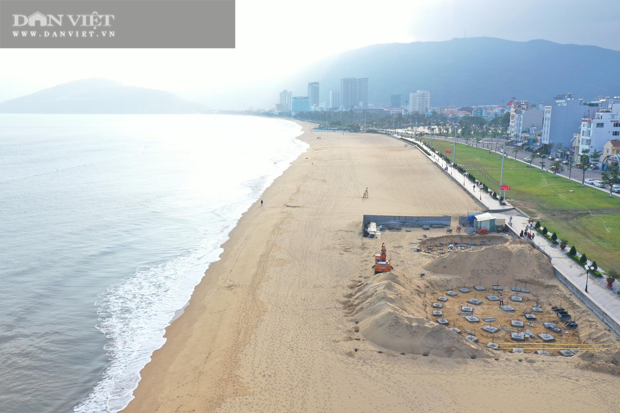 Cận cảnh cẩu 65 móng trụ bê tông không phép rời khỏi bãi biển Quy Nhơn - Ảnh 1.