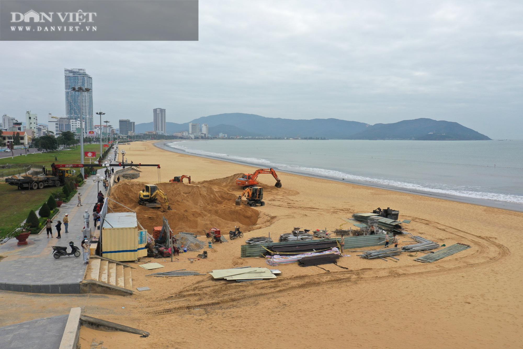 Cận cảnh cẩu 65 móng trụ bê tông không phép rời khỏi bãi biển Quy Nhơn - Ảnh 11.