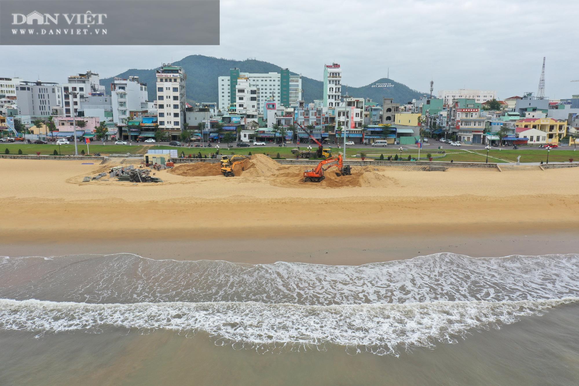 Cận cảnh cẩu 65 móng trụ bê tông không phép rời khỏi bãi biển Quy Nhơn - Ảnh 13.