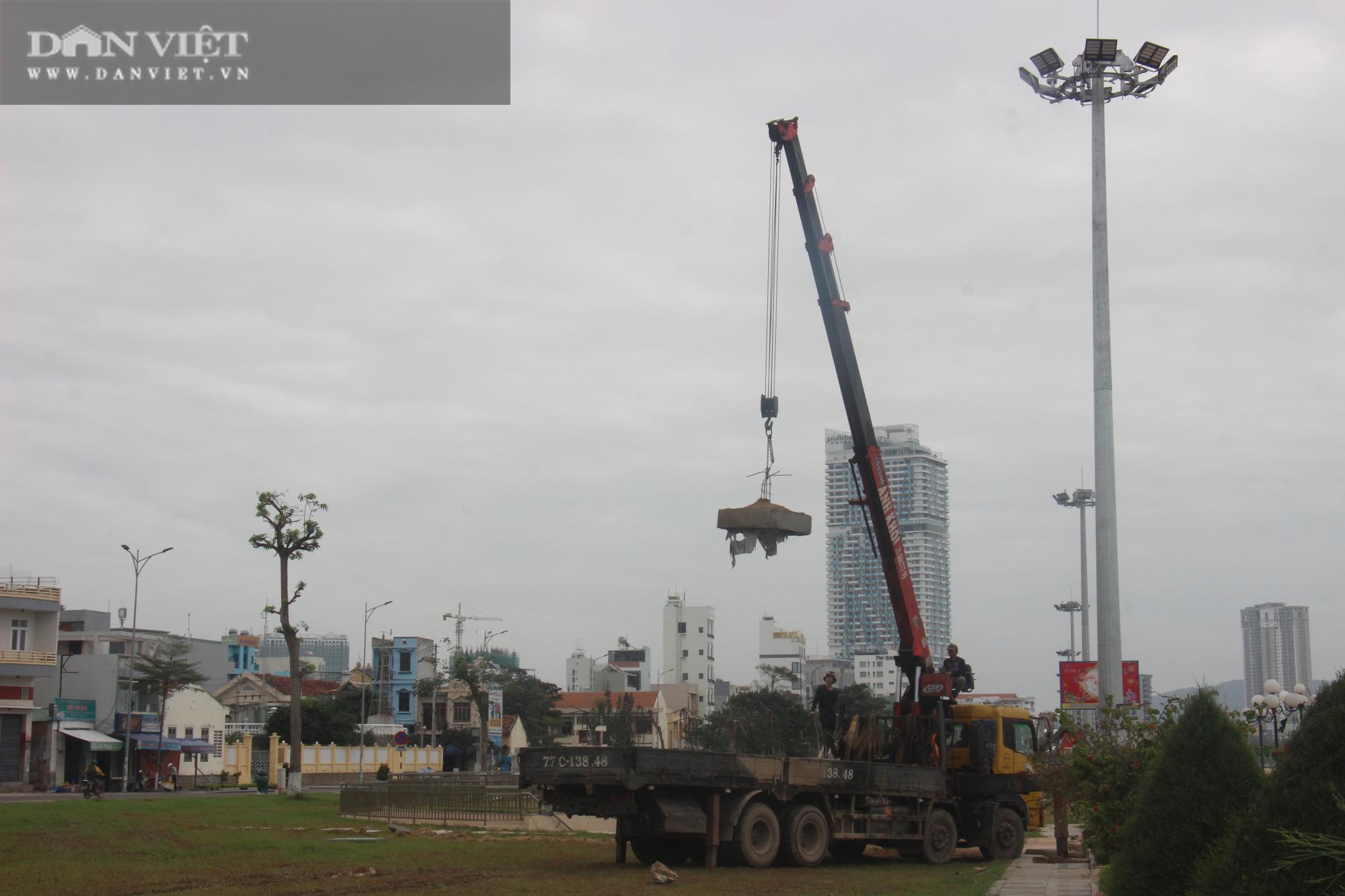 Cận cảnh cẩu 65 móng trụ bê tông không phép rời khỏi bãi biển Quy Nhơn - Ảnh 14.