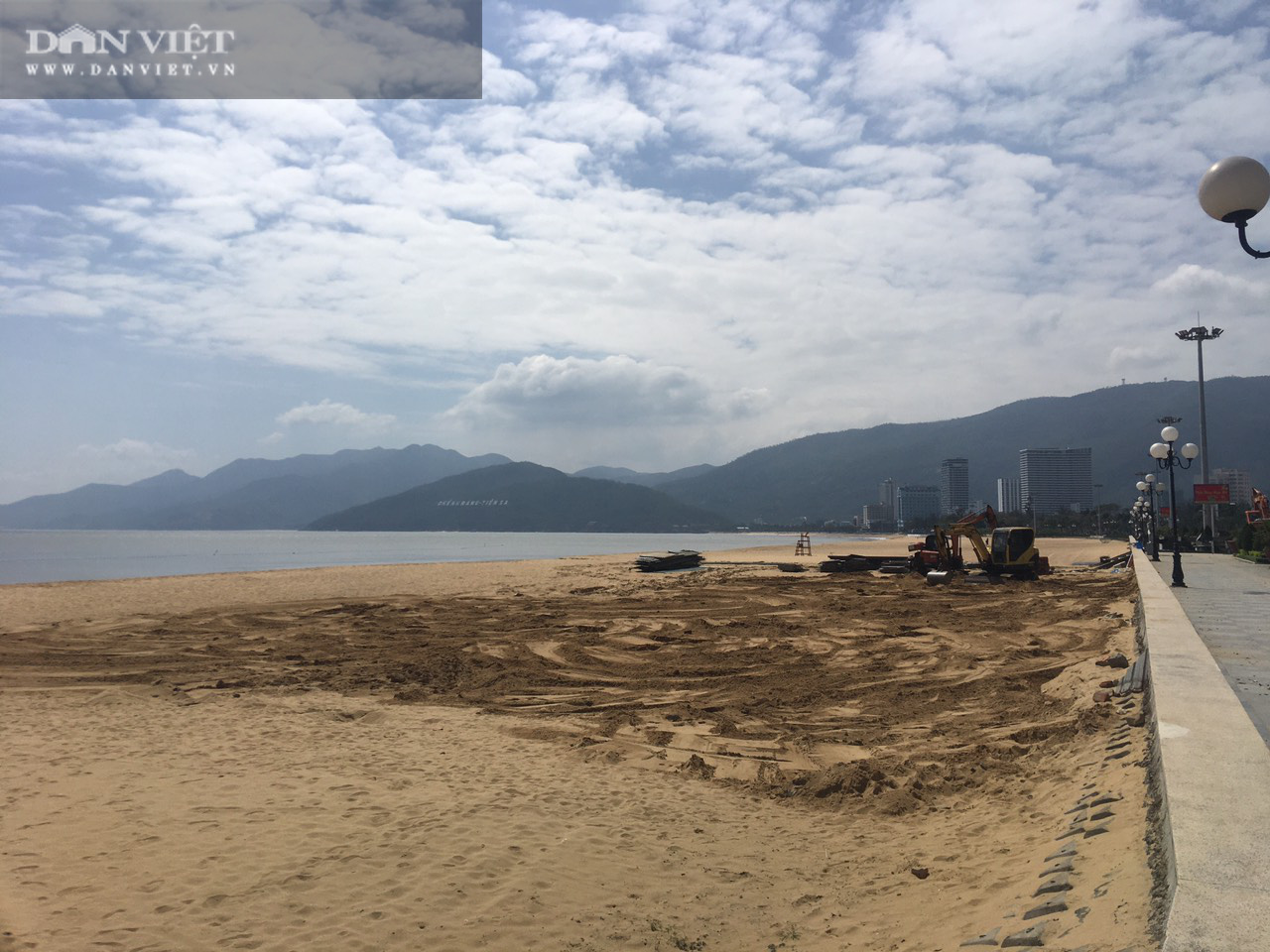 Cận cảnh cẩu 65 móng trụ bê tông không phép rời khỏi bãi biển Quy Nhơn - Ảnh 15.