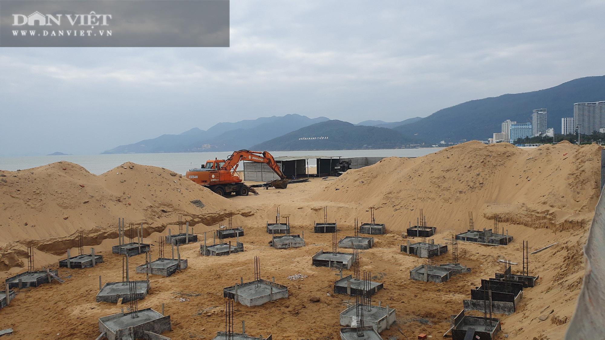 Cận cảnh cẩu 65 móng trụ bê tông không phép rời khỏi bãi biển Quy Nhơn - Ảnh 2.