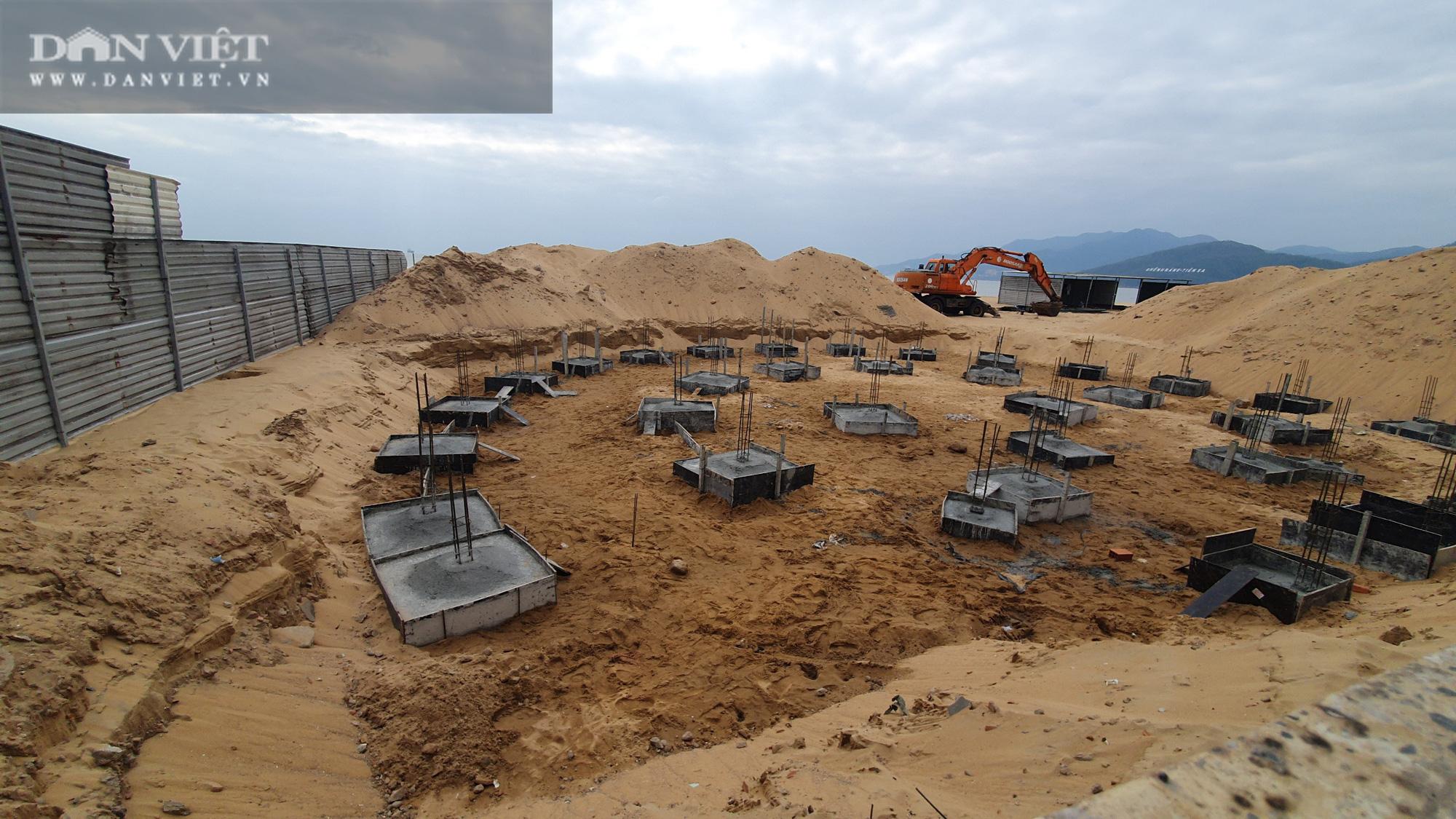 Cận cảnh cẩu 65 móng trụ bê tông không phép rời khỏi bãi biển Quy Nhơn - Ảnh 4.