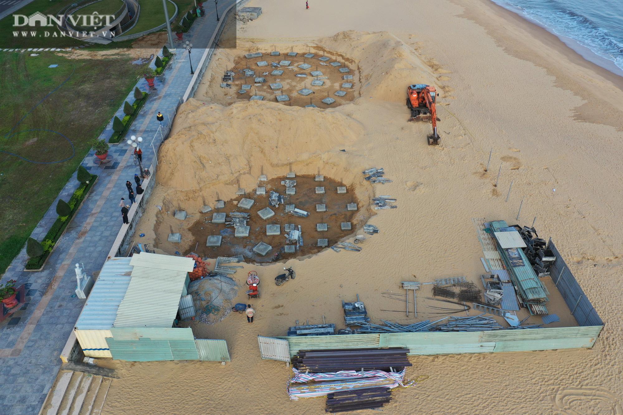 Cận cảnh cẩu 65 móng trụ bê tông không phép rời khỏi bãi biển Quy Nhơn - Ảnh 5.