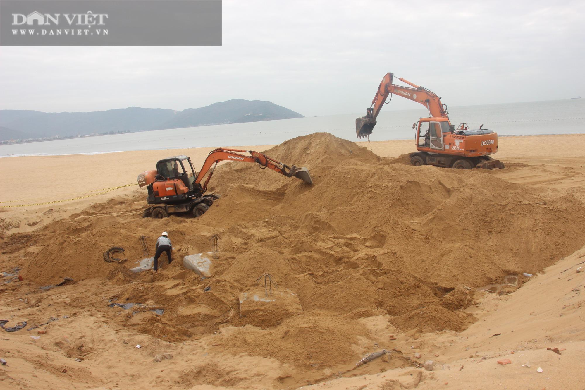 Cận cảnh cẩu 65 móng trụ bê tông không phép rời khỏi bãi biển Quy Nhơn - Ảnh 7.