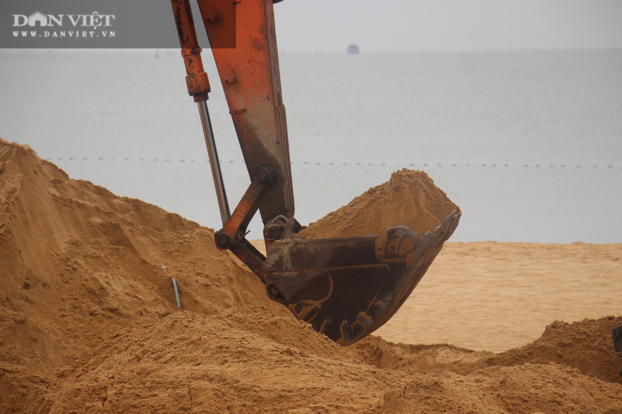 Cận cảnh cẩu 65 móng trụ bê tông không phép rời khỏi bãi biển Quy Nhơn - Ảnh 8.